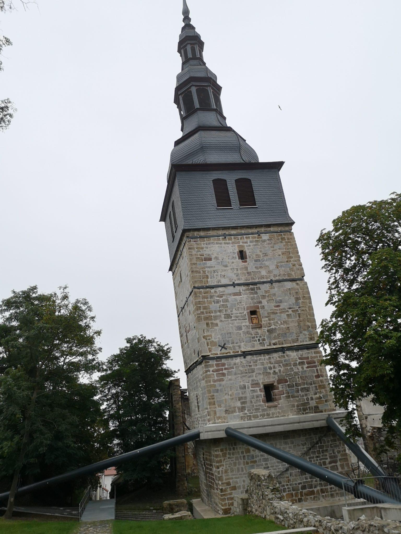 Der Schiefe Turm mit seinem Korsett (1)